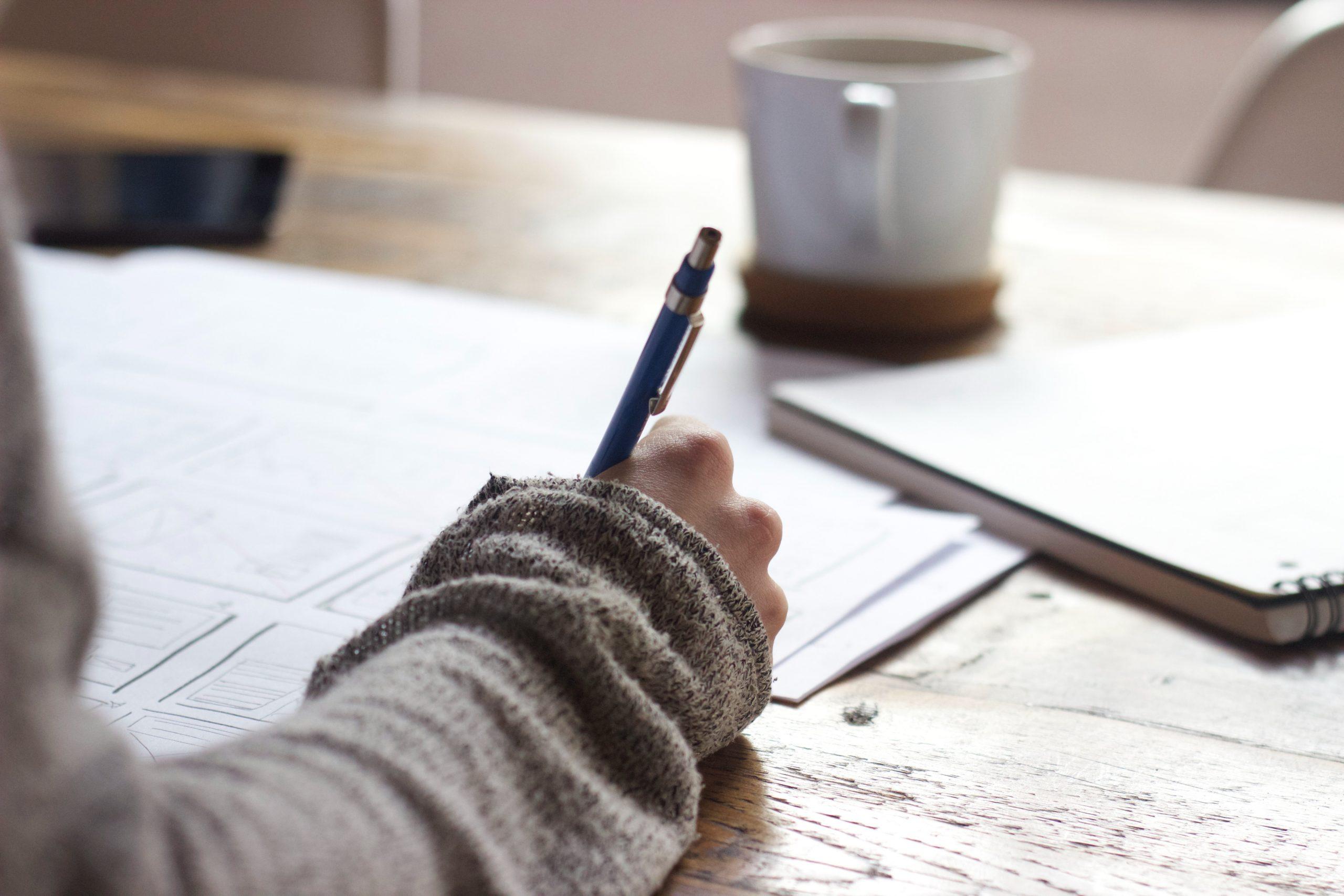 איש ממלא מסמכים על שולחן כתיבה