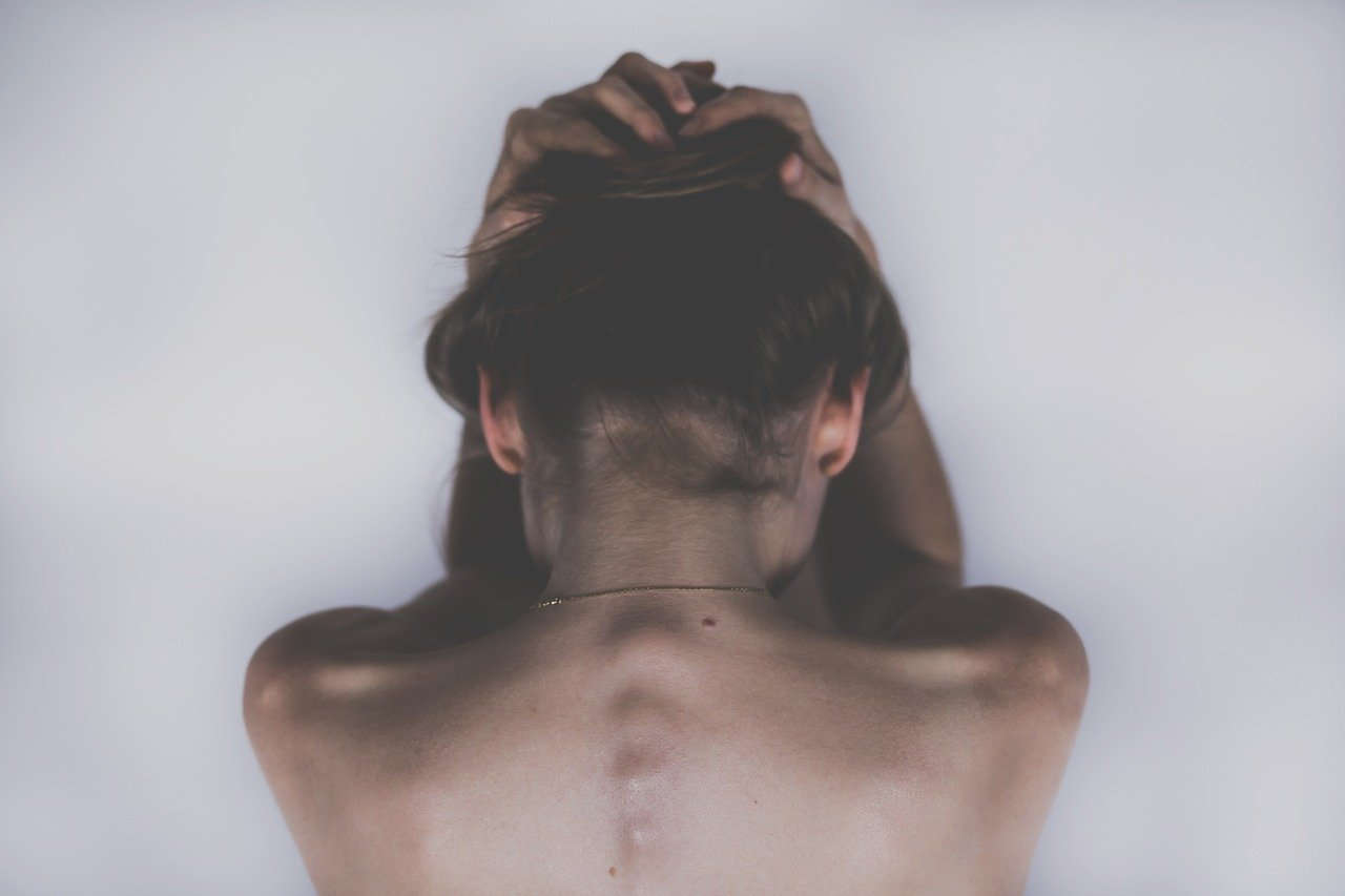 בחורה סובלת מכאב